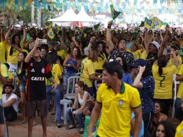 Torcedores na Praça do Rádio na comemoração do jogo de quarta-feira (dia 27). (Foto: Fernando Antunes/Arquivo).