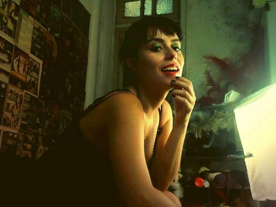 Larissa hoje viaja o mundo para se apresentar nos palcos como atriz burlesca. (Foto: Reprodução Facebook)