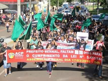 Após primeiro dia de greve fraco, professores mantêm manifestações