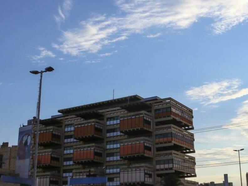 Céu amanheceu aberto em Campo Grande, mas previsão é de chuva no período da tarde (Foto: Henrique Kawaminami)