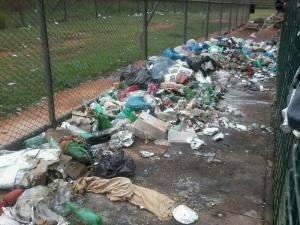 Parentes de presos da Máxima enviam fotos de lixo que se acumula em presídio