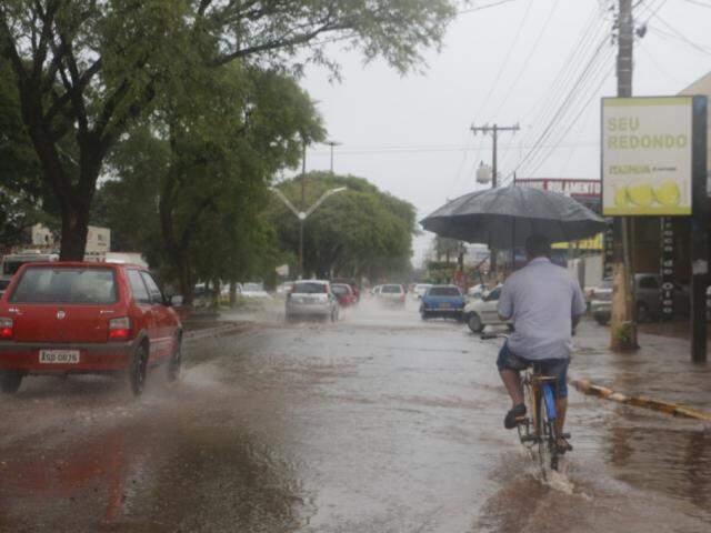 Choveu forte na manhã deste sábado em Dourados (Foto: Helio de Freitas)