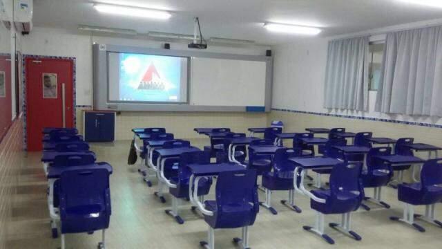 Empresa monta 100% da sala de aula, até com lousa.