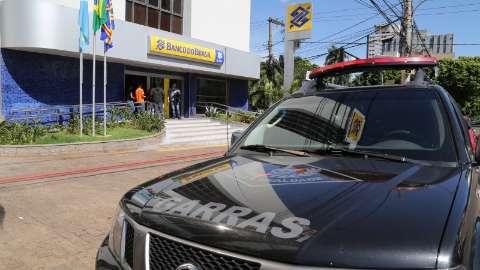 Polícia procura no comércio imagens de assaltantes entrando em banco