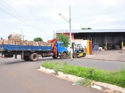 Saco com materiais de reciclagem cai sobre trabalhador que descarregava caminhão