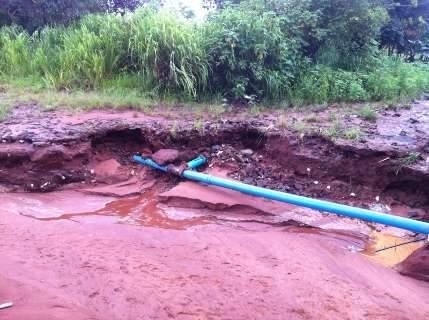 Nem trator escapa de lamaçal após chuva em bairro de Campo Grande