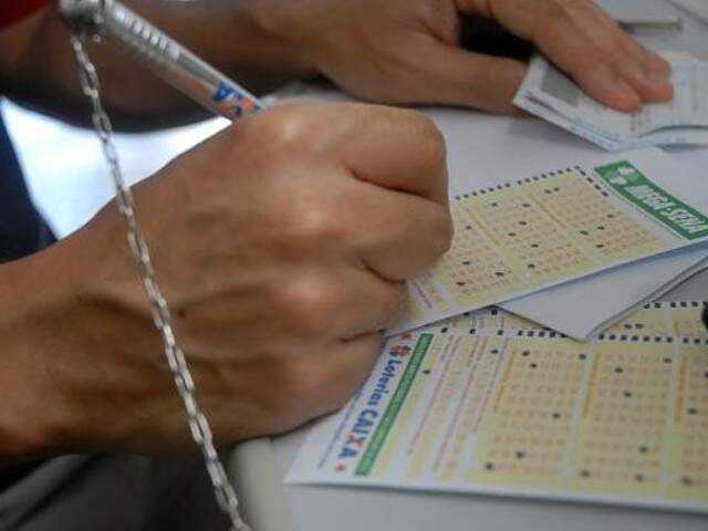 Apostador anotando os números no talão (Foto: Agência Brasil)