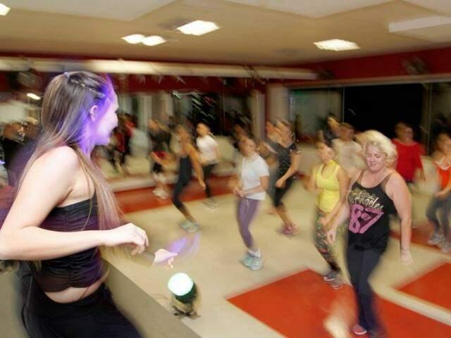 Ideia não é aprender a dançar, mas se mexer e conseguir se divertir. (Foto: Marcelo Victor)