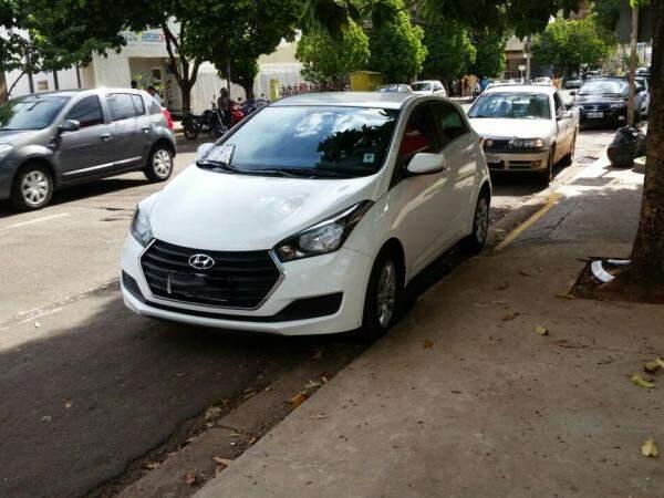 Carro estacionado em frente de duas guias rebaixadas na região central de Campo Grande ( Direto das ruas)