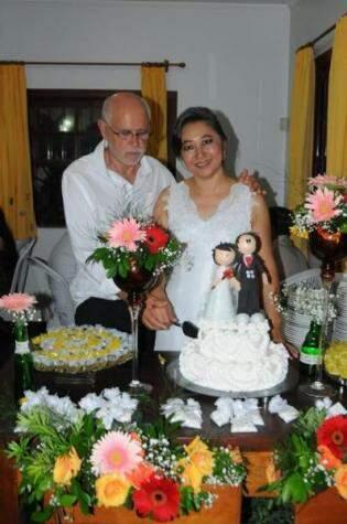 Ostentação estava no sorriso da noiva, de se casar na igreja e fazer a festa em casa. (Foto: Lucio Shigueo Idie e Fabiana Tiemi Idie)