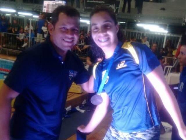 Gabriela Cardoso recebe medalha de bronze na prova dos 100 metros livre (Foto: Divulgação)
