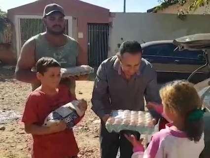 Caminhoneiros entregam para ONG donativos que receberam da população