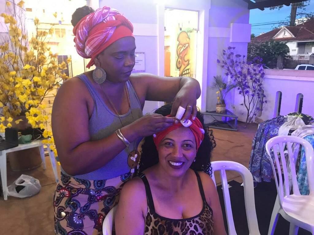 Mara ensina fazer turbantes há 10 anos.