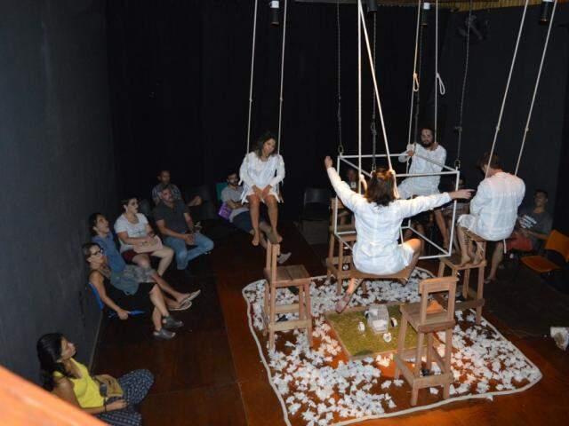 """Num cubo de ferro, os atores encenam a peça """"Poesia do Ar Cênico"""" (Foto: Alana Portela)"""