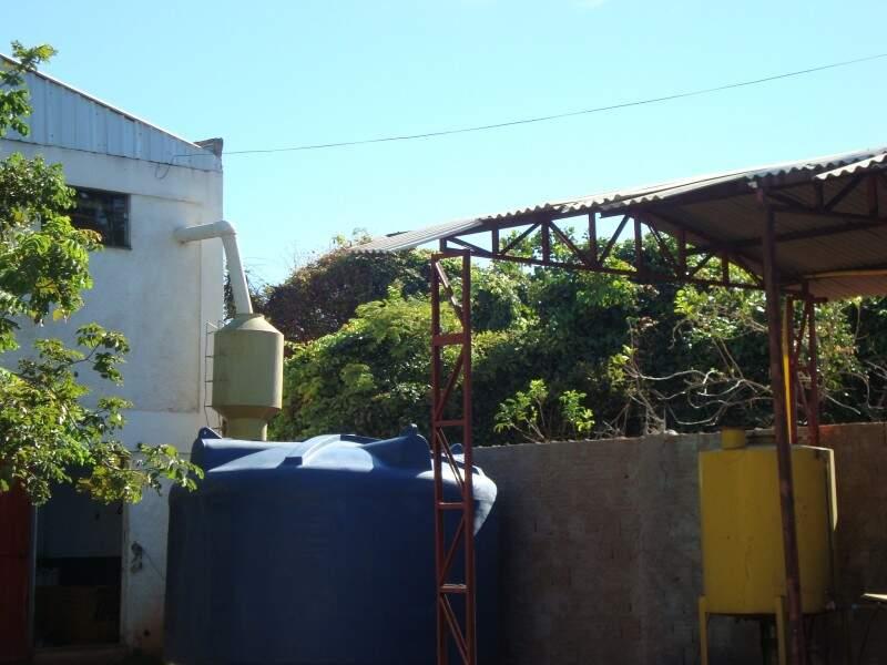 Água captada nas calhas do telhado caem em reservatório. (Foto: Divulgação)
