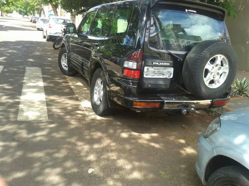 O veículo estava estacionado em frente a escola primária José Rodrigues Benfica. (Foto : Direto das Ruas)