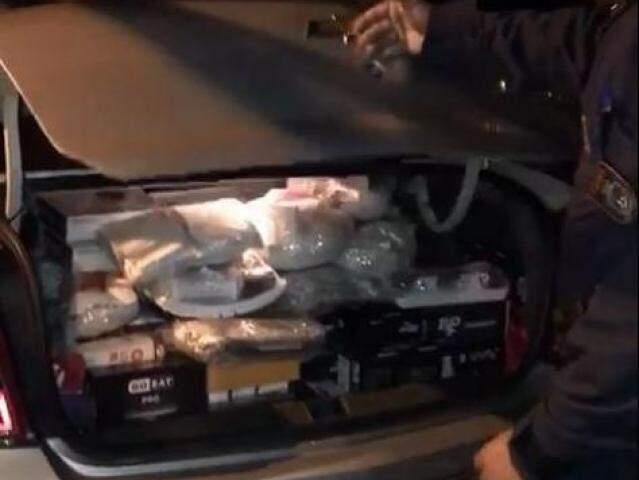 Parte da carga estava no porta malas do veículo. (Foto: Divulgação/PMR)