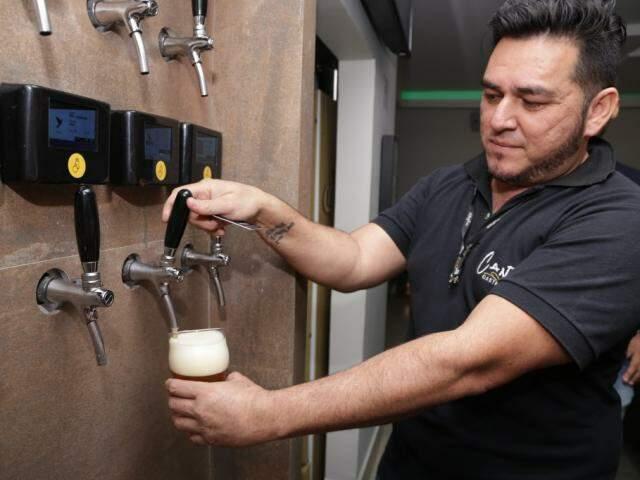 Cerveja direto sendo colocada no copo para degustação (Foto: Kisie Ainoã)