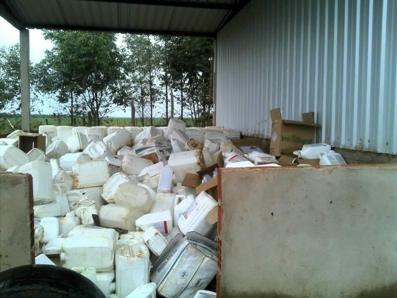 Foram encontradas embalagens de agrotóxicos espalhadas em vários prontos da propriedade. (Foto: PMA)
