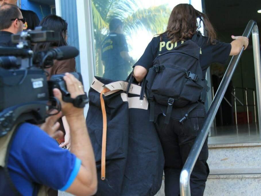Movimentação em na sede da PF nesta quarta-feira; policial chega com malote nas mãos (Foto: Marina Pacheco)