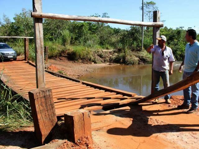 Pinguela sobre o córrego Guardinha foi construída por moradores