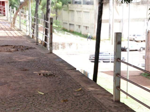 Faltam grades de proteção em parte alta da Orla Ferroviária (Foto: Kisie Ainoã)