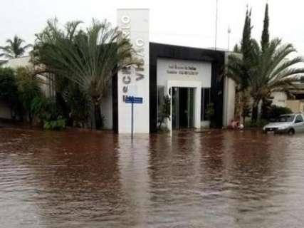 Em 20 minutos, chuva forte alaga ruas e casas na região do Bolsão