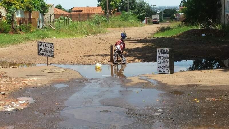 Segundo moradora, falta de manutenção nas vias da região é antigo (Foto: Direto das Ruas)