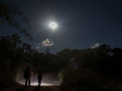 Superlua brilha no céu da última noite deste mês de janeiro