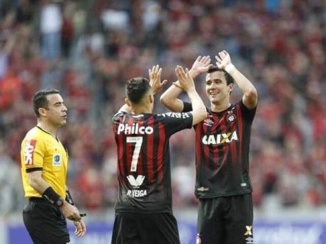 Jogadores comemorando após um dos gols da partida  (Foto: Jonathan Campos/Gazeta do Povo)