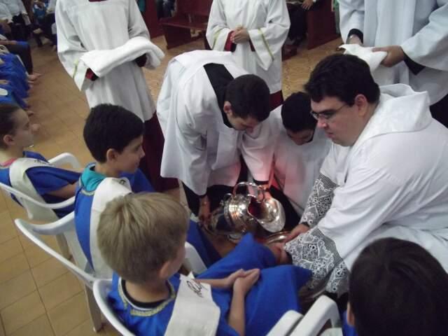 Crianças representaram discípulos na Paróquia São João Bosco. (Foto: Paula Vitorino)