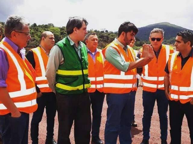Técnicos explicam sobre as barragens aos deputados Evander Vendramini (PP), Lucas de Lima (SD) e Herculano Borges (SD), em Corumbá (Foto: Reprodução/Facebook)