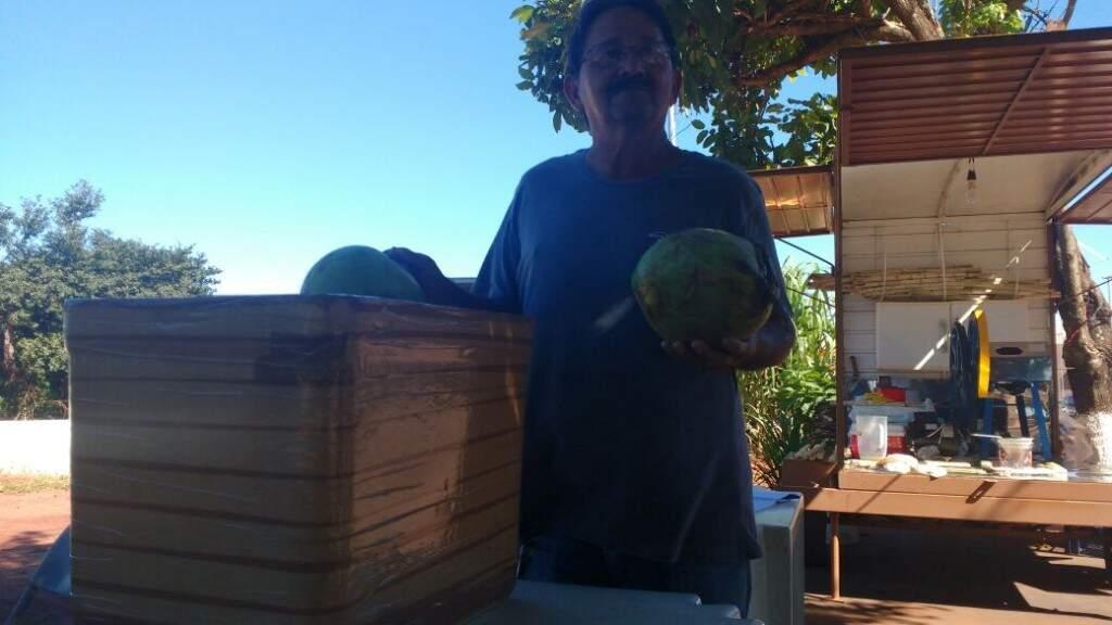 Além de garapa, Cacildo também vende água de coco (Foto: Osvaldo Júnior)