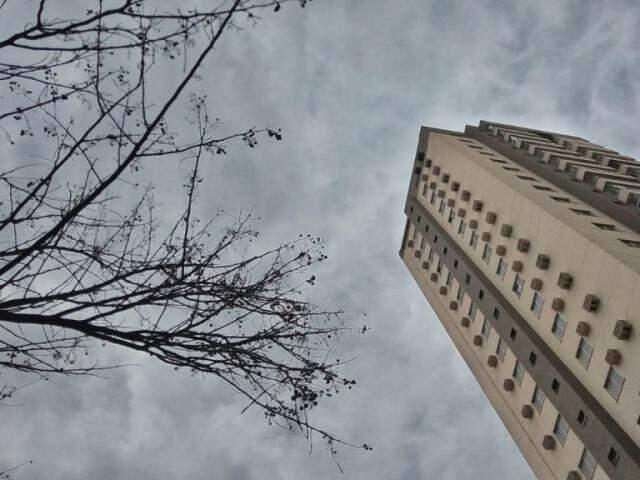 Na Capital, céu nublado na tarde destas sexta-feira anuncia possível chuva para as próximas horas (Foto: Fernando Antunes)