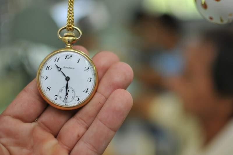 Relógios de bolso, também deixado para arrumar. (Foto: Alcides Neto)