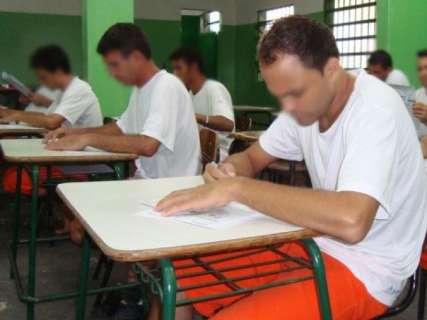 Mais de 1,7 mil presos fazem prova para concluir estudos em MS