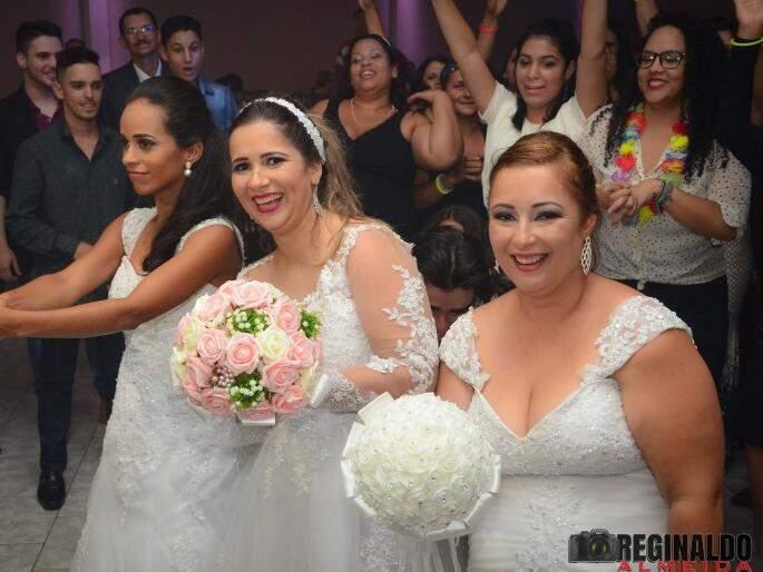 Emoção e alegria definem o dia tão sonhado pelas noivas. (Foto: Reginaldo Almeida)