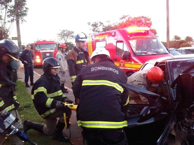 Motorista teve ferimentos no rosto e perna direita fraturada (Foto: Paulo Sakude)
