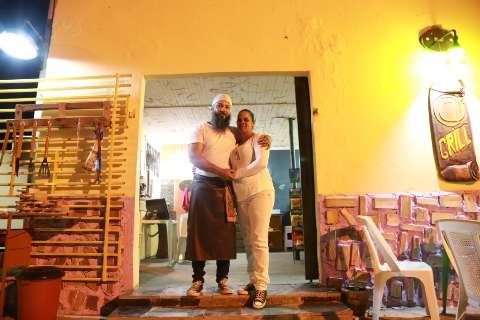 Casal abre espetinho todo artesanal e faz horta para doar verduras aos clientes