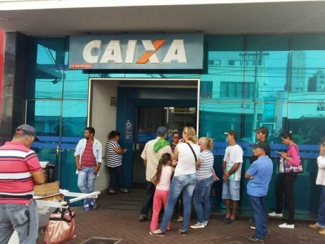 Algumas agências da Caixa funcionarão sábado para atender saques das contas inativas de FGTS (Foto: Ricardo Campos jr.)