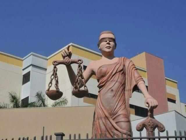 Deusa da Justiça em frente ao Fórum de Campo Grande. (Foto: Alcides Neto/Arquivo)