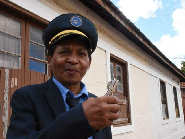Antônio, com uma de suas ferramentas de trabalho, um picotador de passagens; ele já pescou de dentro de vagões (Foto: Roberto Higa)