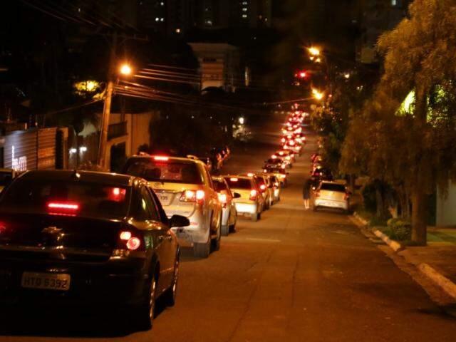 Fila de veículos se estende da Goiás até acesso a shopping. (Foto: Kísie Ainoã)