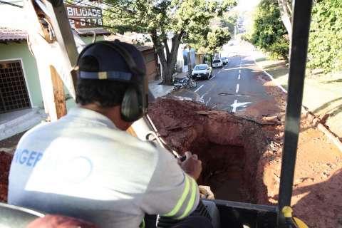 Após 9 meses, avenida Mato Grosso volta a infiltrar e trecho é bloqueado