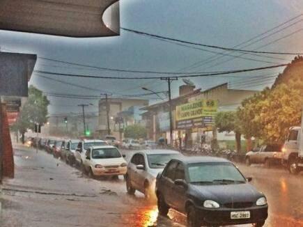 Em Maracaju dia amanheceu nublado e com bastante chuva. (Foto: Jaqueline Sontag Frederico/Direto das Ruas)