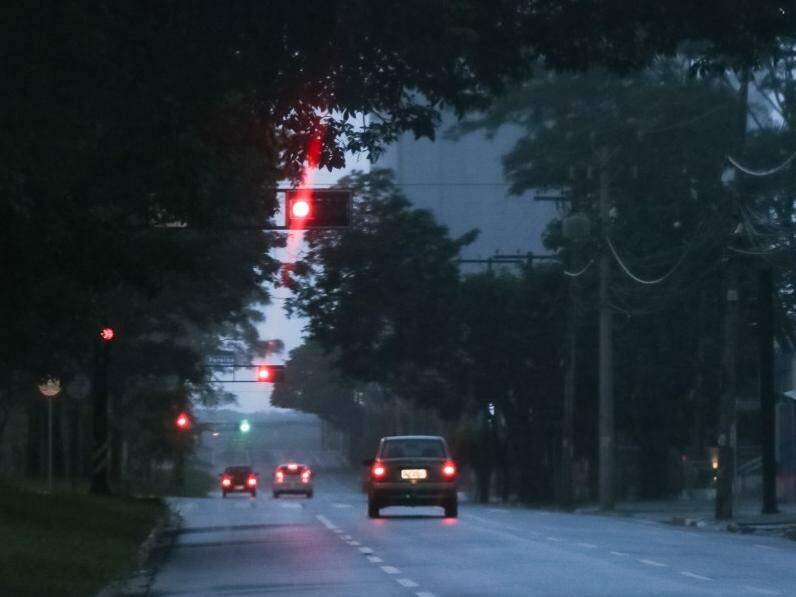 Dia amanheceu chovendo forte na Capital e há alerta de tempestade na cidade (Foto: Henrique Kawaminami)