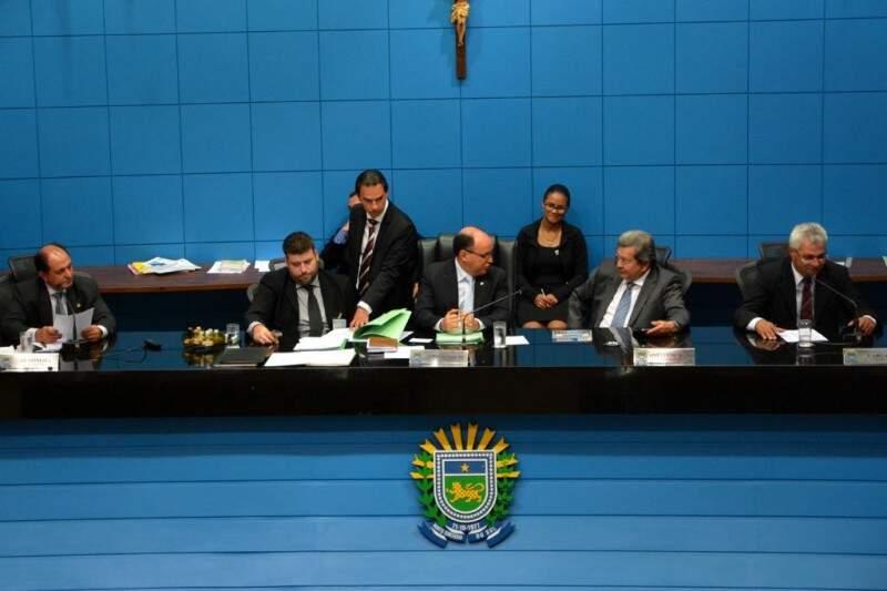 Sessão da Assembleia Legislativa nesta quinta-feira (7). (Foto: Roberto Higa e Victor Chileno/ALMS)