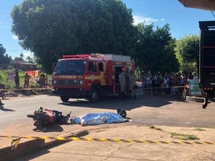 Motociclista morre atropelado por caminhão em avenida