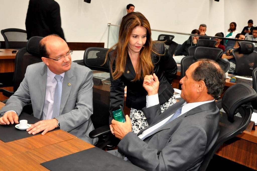 Deputados José Carlos Barbosa, Antonieta Amorim (autora da lei) e Zé Teixeira (Foto: Assessoria/ALMS)