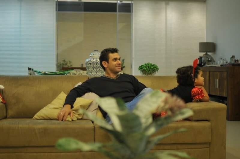 Mariana com o pai, vendo TV e vestida de Minnie. (Foto: Alcides Neto)